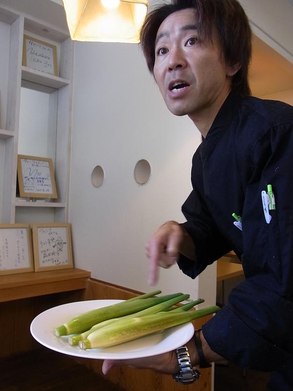 一皿一皿、増井さんが説明して下さいました。彼が手にしているのは「まこもだけ」という野菜。コースの中の食材は、ほとんど静岡県産。
