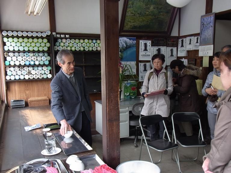 マルカさんのご主人の後ろに見える見本茶缶や日めくりの数は、お取引先の多さを物語っています!