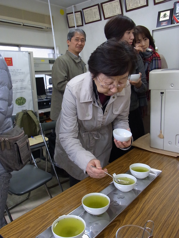 成茶加納さんでは、火入れ時間の違いを飲み比べをさせていただきました。