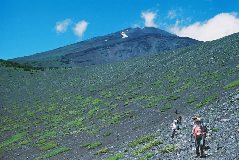 青空に顔を出した富士山頂!