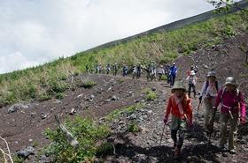御中道トレッキング ~崩れゆく富士山の姿と高山植物に出会う~